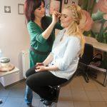 kosmetyczka robi makijaż klientce w Bolesławcu