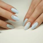 manicure wraz z stylizacją paznokci z ozdobnikami
