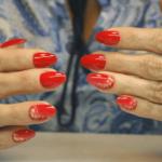 manicure wraz z stylizacją paznokci w kolorze czerwonym
