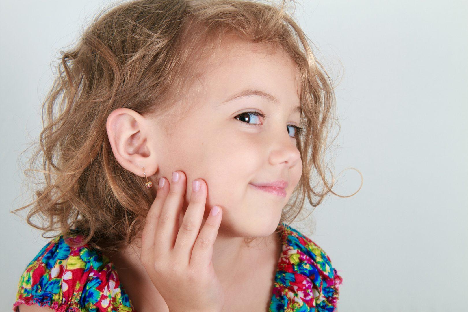 przekłucia uszu u dziewczynki
