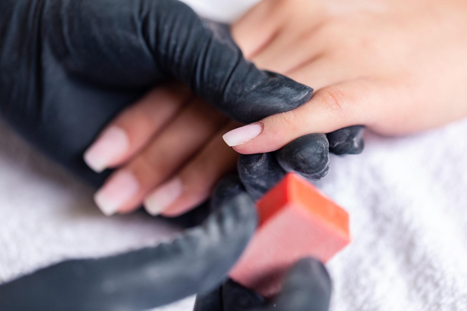 pielęgnacja paznokci makijaż hybrydowy